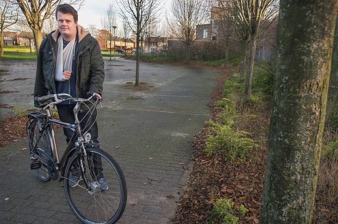 Willem van Lith op de plek waar hij met zijn fiets ten val kwam.