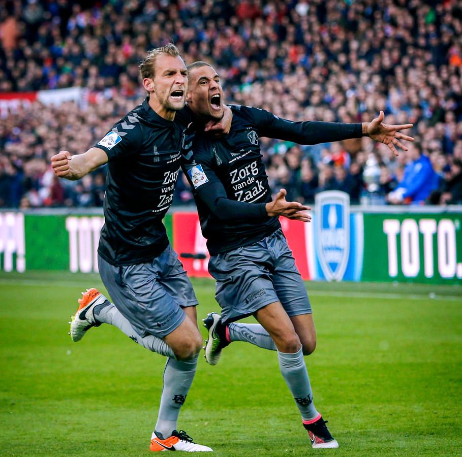 Leeuwin (r) viert een goal voor Utrecht met Willem Janssen.