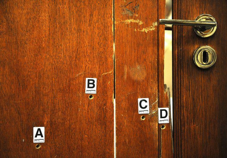 In de rechtszaal werd vorig jaar ook de badkamerdeur getoond waar Pistorius vier keer doorheen schoot. Hij verklaarde later te hebben gedacht dat er een inbreker in de badkamer zat. Beeld EPA
