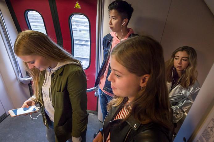 Staan in de trein. Een nieuwe app van de NS moet ons loodsen naar een beschikbare zitplaats.