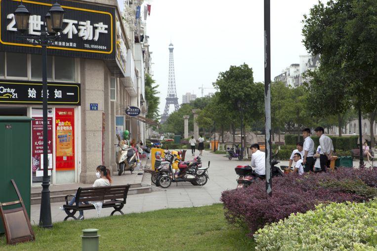 'Duplitecture' in de Hemelse Hoofdstad, met miniatuur-Eiffeltoren op de achtergrond. In China geen discussie over nep versus origineel. Chinezen waarderen een goede kopie. Beeld Ruben Lundgren