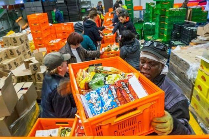 Kratten vullen bij de voedselbank wordt door het slinkende aanbod steeds lastiger.