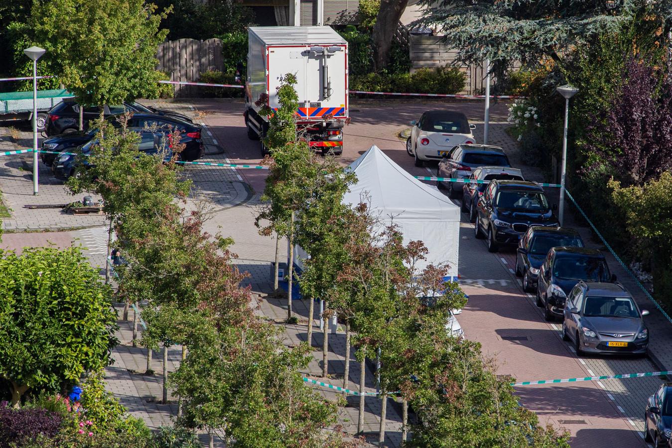 De politie heeft een onderzoekstent geplaatst op de plek waar advocaat Derk Wiersum in Amsterdam werd vermoord.
