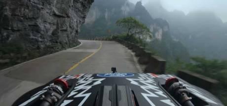 Stuntrijder bedwingt 'gevaarlijkste weg van China' op topsnelheid