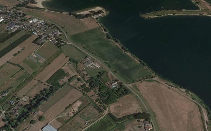 Op de voorgrond landgoed Het Drielse Bosch, tussen de Hoenzadrielsedijk en de Kievitsham. Rechts recreatiegebied De Zandmeren.