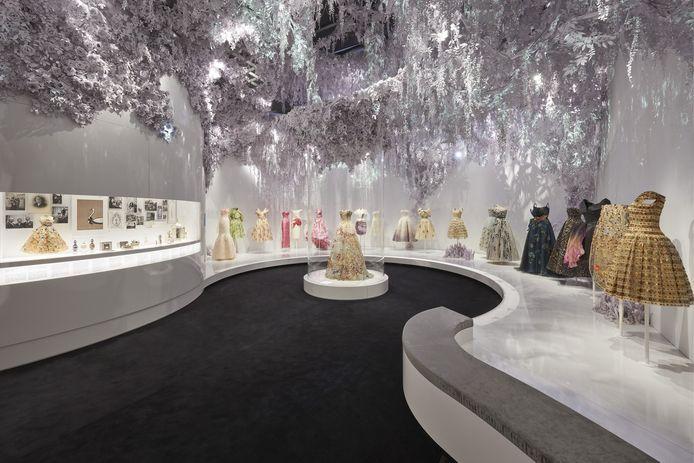 'Christian Dior: Designer of Dreams' in het Victoria & Albert Museum in Londen.