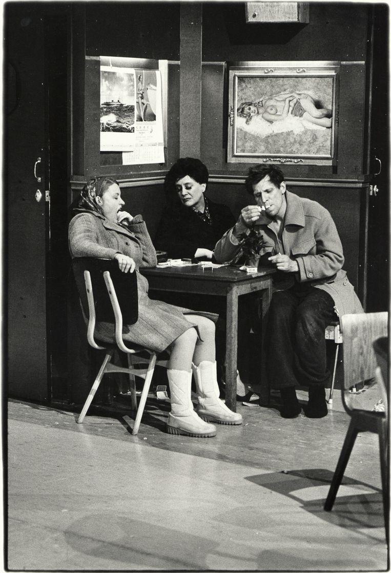 Scene uit het toneelstuk 'Cafe Lehmitz'. Beeld Ben van Duin