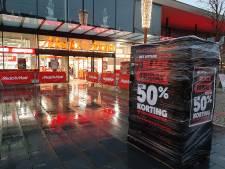 Eén iemand in de rij voor de MediaMarkt op Black Friday in Deventer: 'Ik dacht dat het druk zou worden'