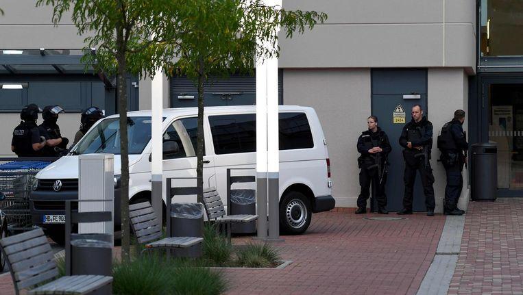 Politie-eenheden voor het winkelcentrum in Bremen dat ontruimd is in de zoektocht naar een ontsnapte psychiatrisch patiënt Beeld afp