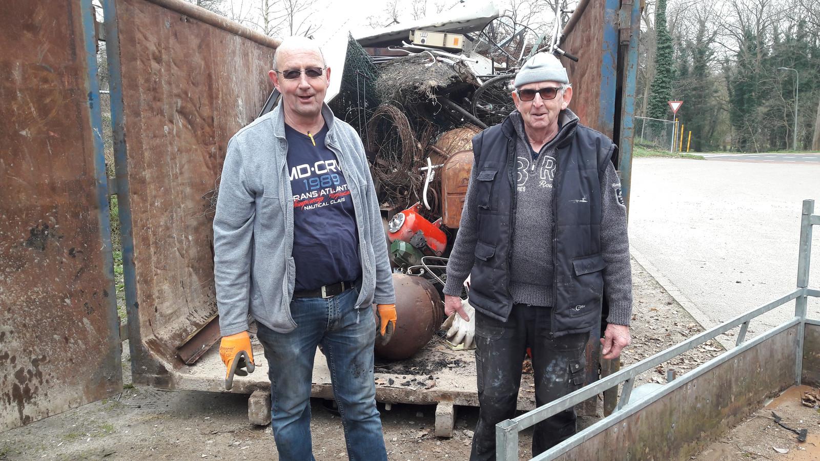 Maarten Willems (l) en  Joop Gerritsen de oud-ijzerboeren van harmonie Erica. .