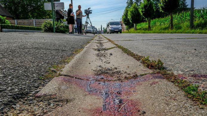 Bloedsporen op de plaats waar de man werd doodgeschoten.
