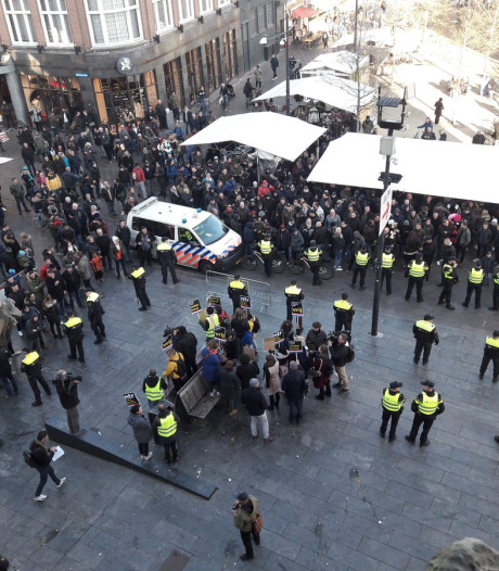 Hooligans belagen anti-piet-demonstranten: zes arrestaties