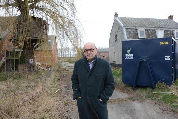 Boudewijn Vlegels bij de 'boomhuthoeve' in de Hertog Prosperstraat die gesloopt zal worden om plaats te maken voor het Hooghuis.