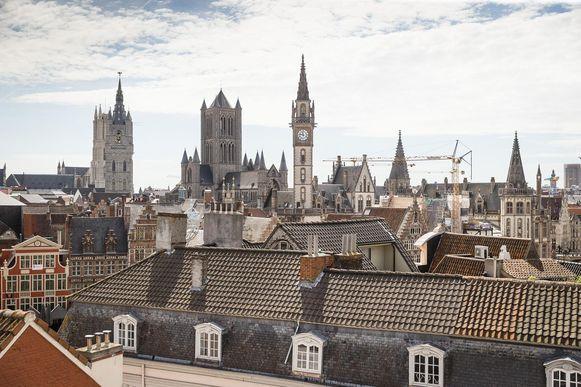 Vanop de stelling heb je een mooi uitzicht over het historische stadscentrum, met onder andere de Sint-Baafskathedraal, het belfort en de Sint-Niklaaskerk.
