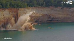 Enorme klif dondert in water amper 15 meter van kajakkers