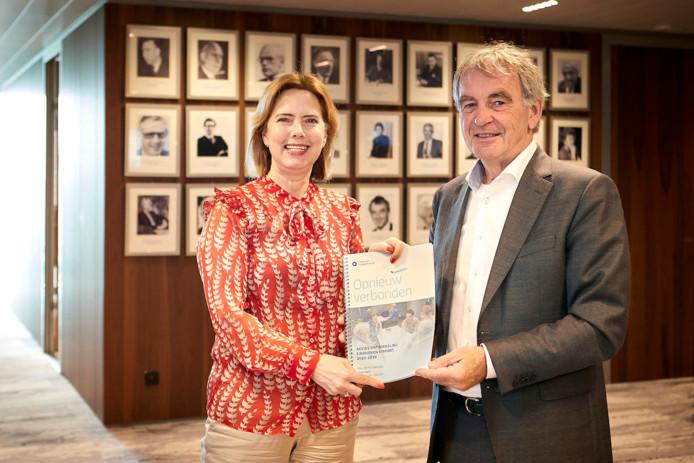 Pieter van Geel biedt het rapport aan aan minister Van Nieuwenhuizen