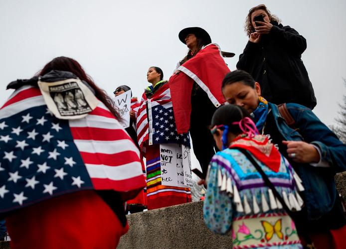 Voorafgaand aan de confrontatie met de blanke jongeren uit Kentucky luisteren de deelnemers aan de Mars van de Inheemse Volkeren bij het Lincoln Memorial nog vol aandacht naar een van de sprekers.