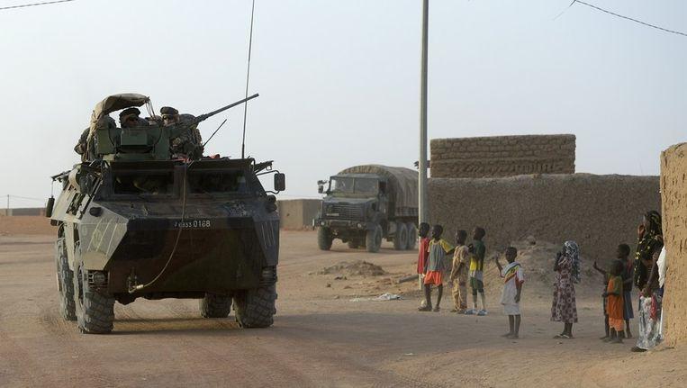 Een frans pantservoertuig doorkruist de Malinese stad Bourem Beeld afp