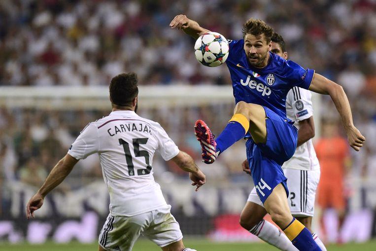 Verdediger Dani Carvajal (links) in duel met Fernando Llorente. Beeld afp