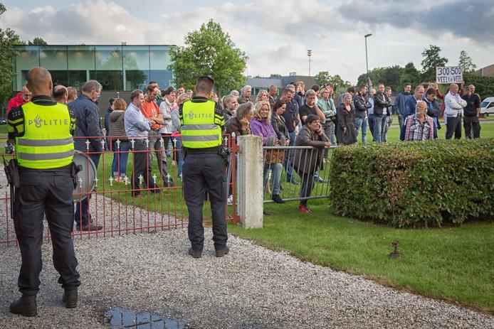 Enkele tientallen inwoners van 's-Gravenpolder luisterden donderdag buiten naar de raadsvergadering. Dorpsgenoten spraken daar in over het azc.