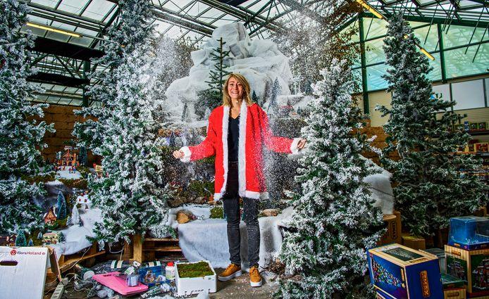 Styliste Suzanne Droogh tussen de kersthuisjes in Intratuin Zevenhuizen. In deze vestiging wordt hard gewerkt aan de opbouw van de kerstshow.