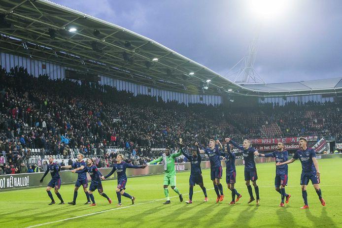 Spelers Ajax vieren overwinning