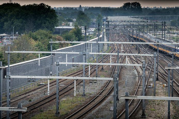 Langs het spoor bij het centraal station van Breda zijn geluidsschermen opgetrokken. De foto is genomen vanaf het parkeerdak van het station in de richting van de rechtbank (niet zichtbaar). Links zie je Baai liggen.
