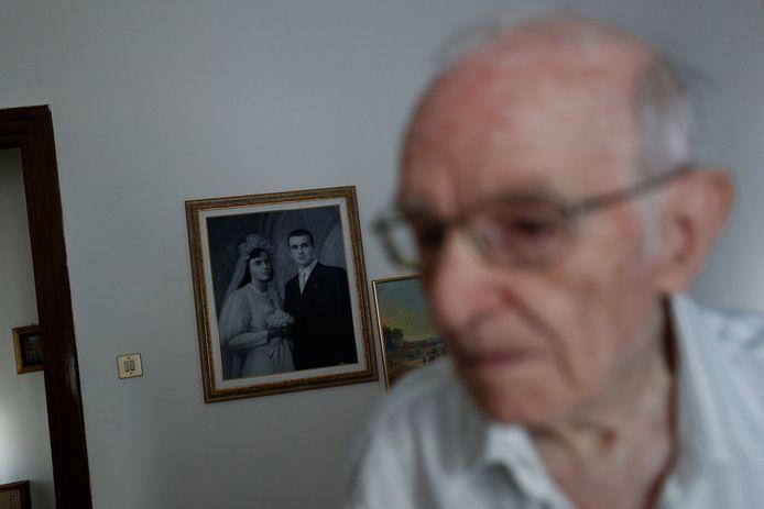 Giuseppe Paterno devant une photo de son mariage avec Stefana Battaglia. Elle est décédée en 2006.
