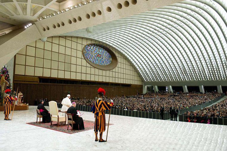 Paus Fransiscus spreekt zijn kerstwens uit voor de medewerkers van het Vaticaan. Beeld afp
