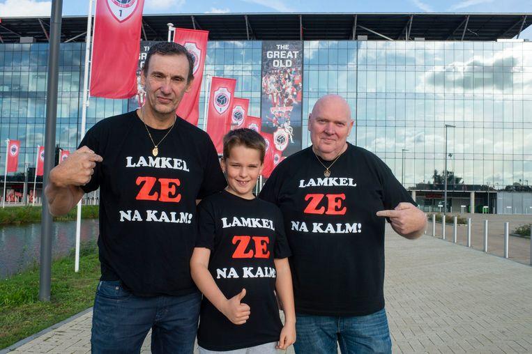 Eric, kleinzoon Leyton en Danny met de t-shirt die ze maakte voor de Antwerpspeler