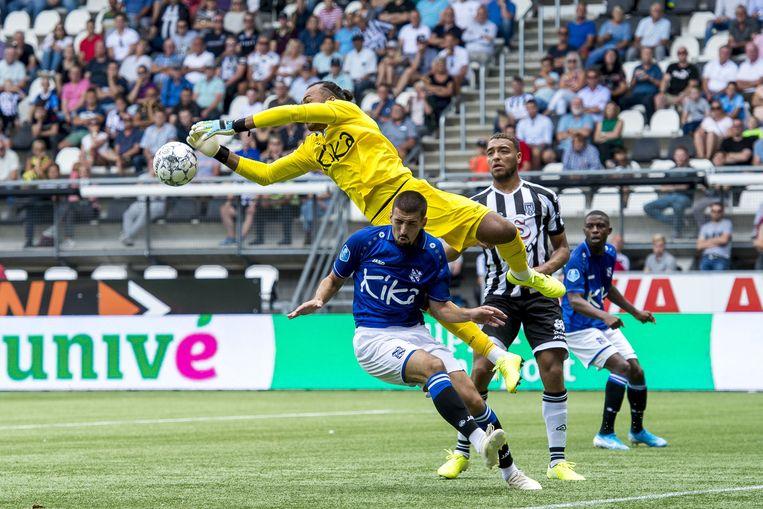 Goalkeeper Warner Hahn van Heerenveen in actie tegen Heracles. Beeld ANP