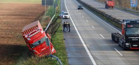 Vrachtwagen rijdt van A77 en komt tegen vangrail tot stilstand