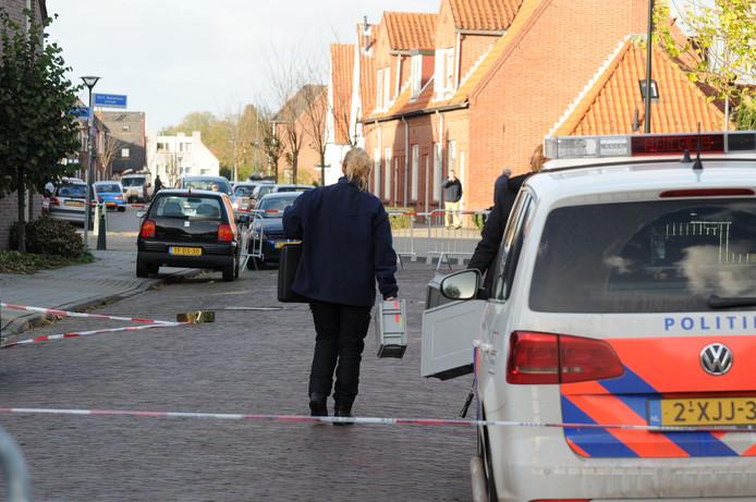 De politie bezig onderzoek na de hameraanval aan de Verlengde Morsestraat in Winterswijk.