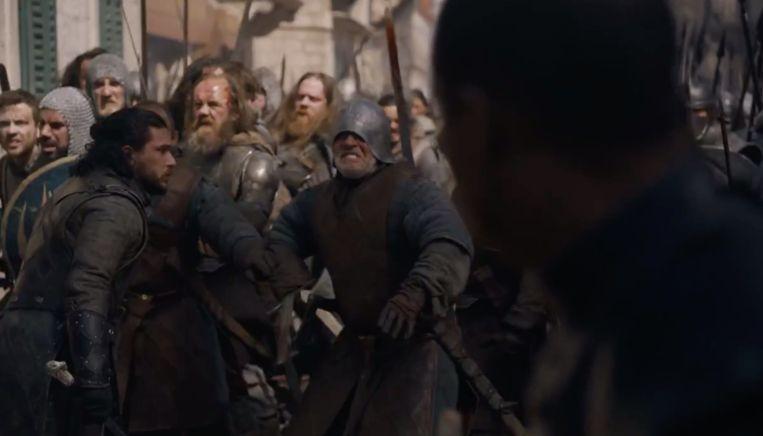 Jon probeert zijn mannen tegen te houden, maar het is te laat.