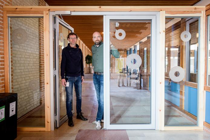 Marco Hoendervangers (links) en Mark Vrugteveen bij de nieuwe toegangspoort naar de werkkamers van burgemeester en wethouders.