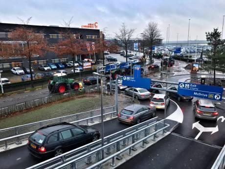 Reizigers Eindhoven Airport ondervinden zware hinder door boerenprotest, drukke avondspits verwacht