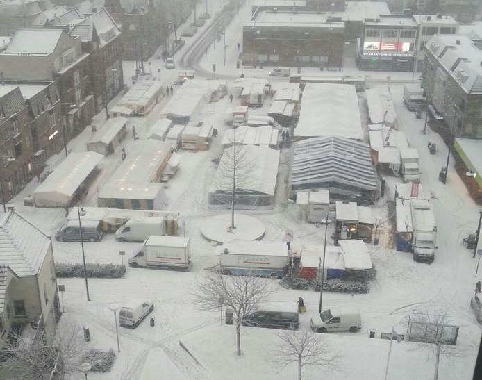 Ondanks het winterse weer ging de markt aan het Ameideplein/de Markt in Helmond gewoon door. Marktmeester Piet Ebisch maakte deze foto vanaf de twaalfde verdieping van de Ameideflat.