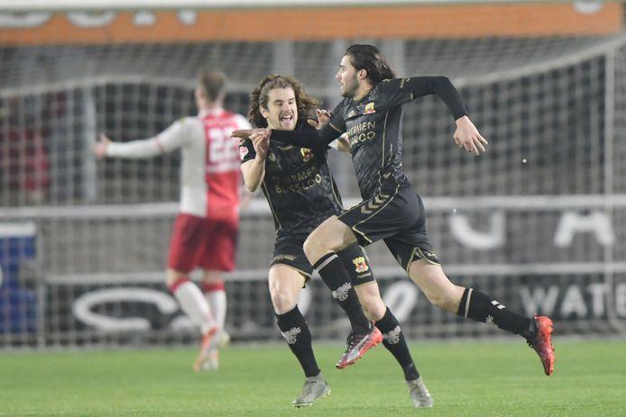 Gino Bosz heeft Go Ahead Eagles met een heerlijke knal naast IJsselmeervogels gezet. Maël Corboz (links) viert het feestje graag mee.