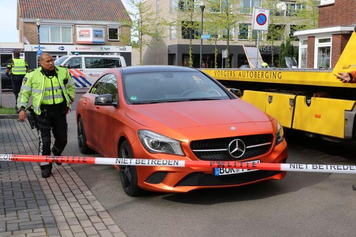 De auto waarin de Duitser reed die is aangehouden, wordt door een bergingsbedrijf afgevoerd.