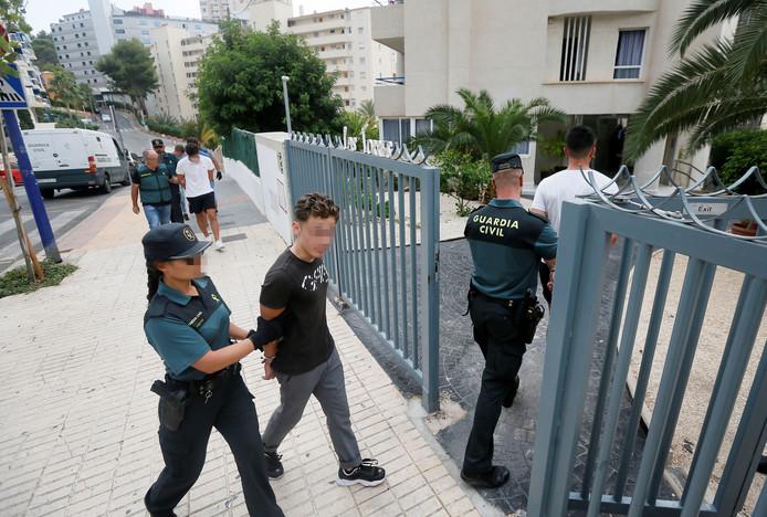 Les cinq accusés, des Français agés de entre 18 et 19 ans, escortés par la police au moment de leur arrestation.