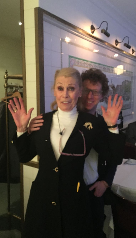 Arnon Grunberg met gastvrouw Tine, die op vrijdag en zaterdag in De Oesterbar werkt. Beeld -