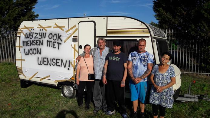 De familie Struijk-Kolkgieter wil met het woonwagenkamp aan de Grotemolenstraat in Elst een standplaats met zes plekken voor de familie afdwingen. Helemaal rechts Antonia Klokgieter, die namens de familie het woord voert.