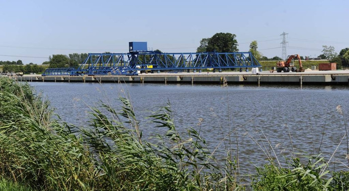 Pal tegenover de laad- en loskade aan de kant van de Hoeselderdijk is de zwaaikom gepland. foto Charel van Tendeloo