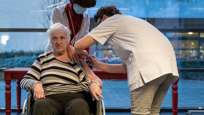 """Maria (89) krijgt als eerste Zelenaar coronavaccin toegediend in woonzorgcentrum De Meander: """"Kijk er naar uit om meer mensen te zien"""""""