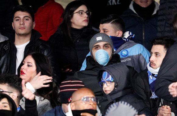 Ook in de Champions League-match tussen Napoli en FC Barcelona duiken mondmaskers op.