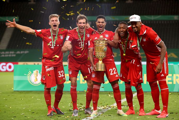 Bayern München showt zijn de 20ste DFB Pokal. Vlnr Joshua Kimmich, Leon Goretzka, Serge Gnabry, David Alaba en Jérôme Boateng.