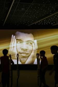 Zoon Muhammad Ali uren vastgehouden op vliegveld