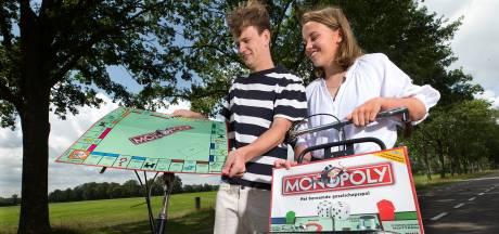 Corné en Iris fietsen langs alle straten van Monopoly (en ja, voor Ons Dorp is wat bedacht)