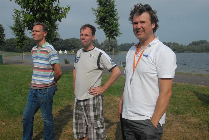 Een groepje belangstellenden was getuige van de verhuizing van de containers. Rechts voorzitter Peter Dekkers.