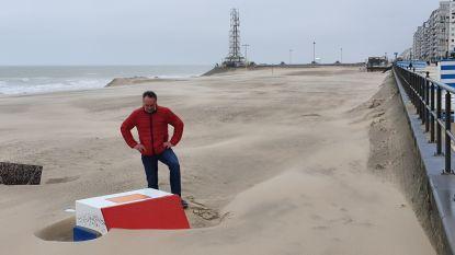 """Verdwaalpalen liggen omgewaaid en beschadigd op strand: """"Waarom zet het gemeentebestuur die niet binnen in de winter?"""""""